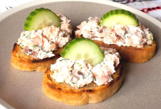 Рецепт – Кростини с копченой рыбой и сливочным сыром