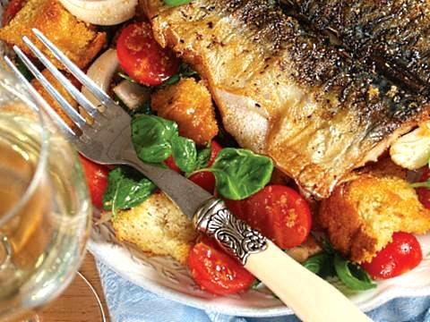 Рецепт – Салат с чиабаттой и жаренной скумбрией