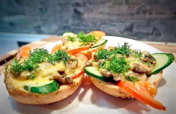 Рецепт - Горячие бутерброды с грибами под сыром