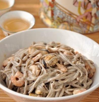 Рецепт – Гречневая лапша с морепродуктами в сырном соусе