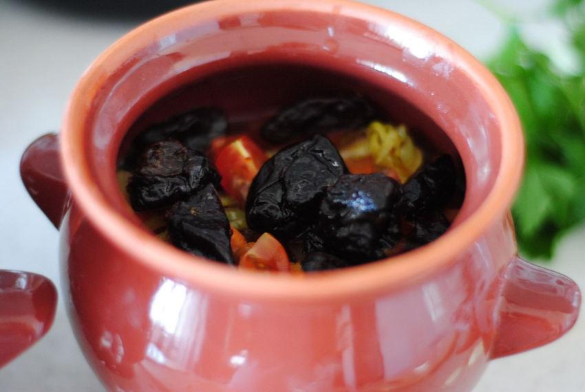Рецепт–Жаркое в горшочке из курицы с черносливом+Фото
