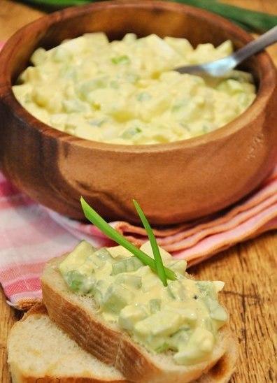 Рецепт – Яичный салат с сельдереем, карри и дижонской горчицей